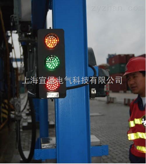 滑线指示灯技术参数: 电压:220V/AC380V/AC 3000V/AC +25/-15%50-60HZ 功率:15W 工作温度:-40-70摄氏度 湿度:10%-90% 寿命:≥100000小时 灯面直径:100mm 可视角:>150度 可视距离:>300m 接线方式:Y接法 滑线指示灯灯盘直径:100 滑线指示灯外型尺寸:720*120*80 滑线指示灯是专门用于实时监视行车、龙门吊等起重设备的三相电源的信号指示,以防止设备电源的缺相造成的不良后果。该产品采用LED进口超高度发光二